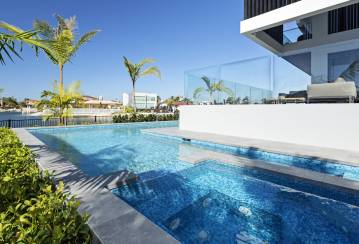 Pools & outdoor entertainment